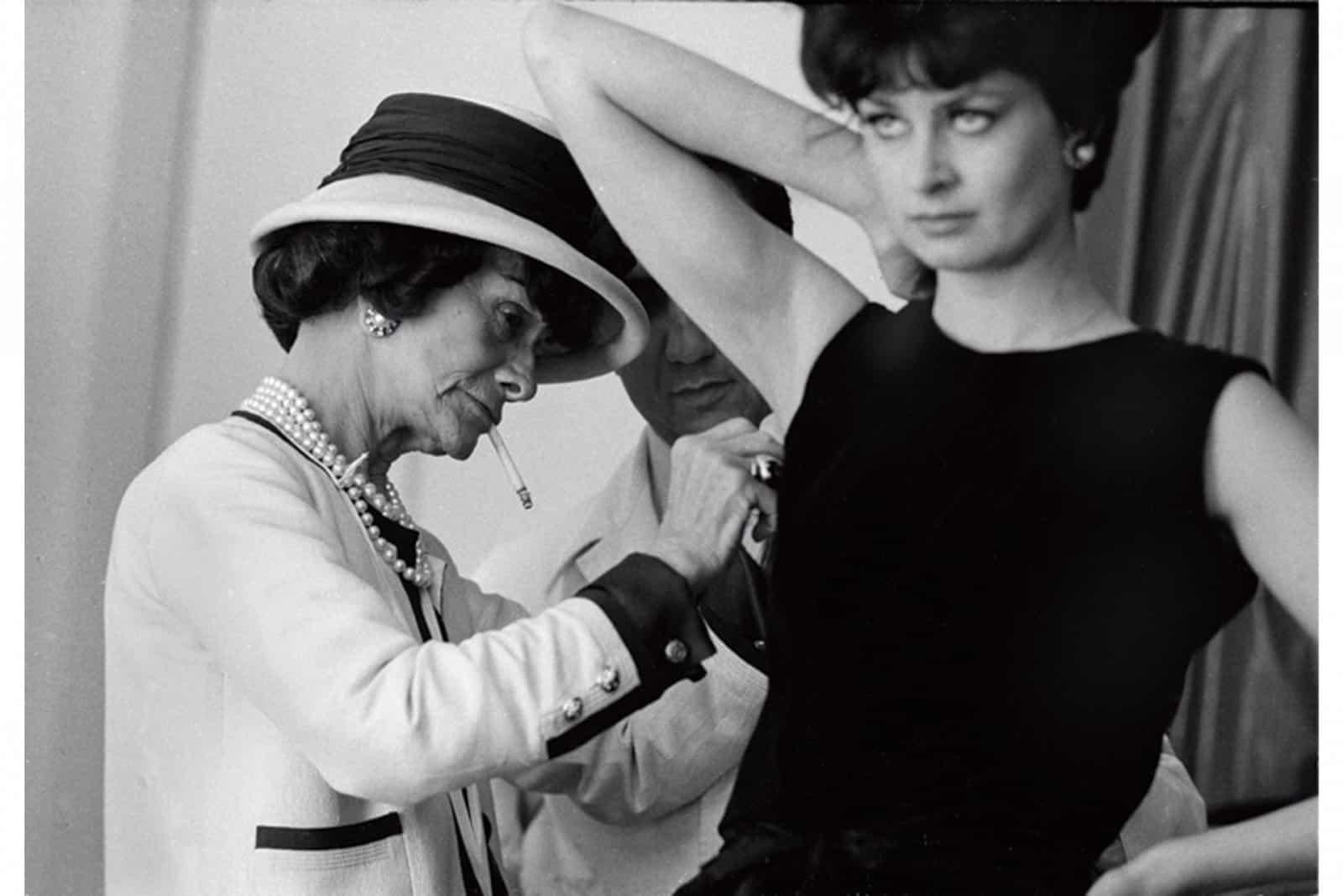 Coco Chanel al lavoro con una modella